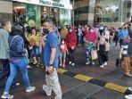 pengunjung-royal-plaza-berhamburan-keluar-karena-gempa.jpg