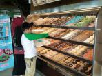 pengunjung-sedang-memilih-donat-di-dunkin-donuts-jalan-demang-lebar-daun-minggu-15_20160501_152054.jpg