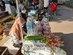 penjual-bunga-tabur-di-tempat-pemakaman-umum-tpu-puncak-sekuning-minggu-1142021.jpg