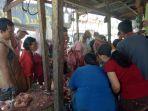 penjualan-daging-yang-ramai-dikunjungi-pembeli-untuk-persiapan-sahur-perdana_20180516_204335.jpg
