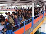 penumpang-antre-menaiki-kapal-ferry-roro-di-pelabuhan-merak_20160214_140633.jpg