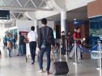 penumpang-di-bandara-smb-ii.jpg