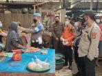 personel-polsek-indralaya-memakaikan-masker-kepada-seorang-pedagang-pasar-tradisional.jpg