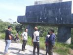 perwakilan-dari-dinas-pu-bm-provinsi-saat-mengecek-lokasi-proyek-jembatan-ayek-betung_20180512_183244.jpg