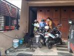 petugas-dibantu-tukang-bangunan-bawa-tabung-oksigen-ke-rumah-heriyanti-selasa-382021.jpg