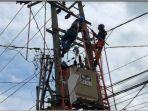 petugas-pln-memperbaiki-instalasi-jaringan-listrik-di-indralaya.jpg