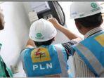 petugas-pln-tengah-melakukan-perbaikan-jaringan-listrik.jpg