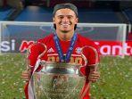philippe-coutinho-mengangkat-trofy-liga-champions-bersama-bayern-munchen.jpg