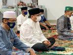 pj-bupati-muaraenimh-nasrun-umar-saat-melaksanakan-sholah-eid-di-rumah-dinas.jpg