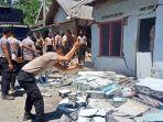polisi-robohkan-rumah-warga-korban-gempa.jpg