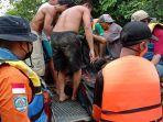 proses-evakuasi-jenazah-mastuti-60-korban-tenggelam-di-sungai-belitang.jpg