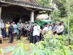 proses-pemakaman-seorang-warga-desa-karanganyar-kecamatan-pule.jpg
