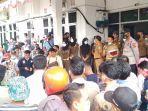 puluhan-warga-dari-kecamatan-karang-dapo252626.jpg