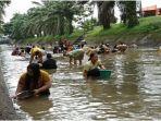 ratusan-warga-menceburkan-diri-berebut-ikan-di-aliran-sungai-irigasi-kelingi.jpg