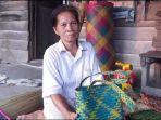 rosmih-perajin-purun-perajin-purun-di-pedamaran-memperlihatkan-produk-purun-di-depan-rumahnya.jpg