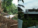 rumah-dan-batang-kayu-yang-roboh-akibat-diterpa-angin-puting-beliung_20180325_191636.jpg