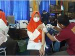 salah-seorang-siswa-smkn-1-palembang-mendapat-suntik-vaksin-jumat-1092021-12.jpg