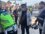 sebuah-video-yang-menampilkan-seorang-pemudik-tiba-tiba-kesurupan-saat-diberhentikan-polisi.jpg