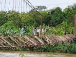 sejumlah-anak-melintas-jembatan-gantung-desa-jagaraga-kecamatan-buay-sandang-aji-bsa-oku-selatan.jpg