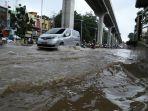 sejumlah-kendaraan-menerobos-genangan-air-hujan-di-jalan-kolonel-h-barlian_20180218_053943.jpg