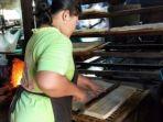 seorang-pekerja-sedang-memotong-tahu-di-tempat-pembuatan-tahu-di-desa-sukomoro-banyuasin_20180907_064514.jpg