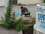 seorang-pria-rela-kumpulkan-beras-yang-jatuh-berserak-di-jalanan.jpg