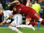 striker-liverpool-mohamed-salah-kanan-kehilangan-keseimbangan_20180527_035206.jpg