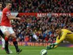 striker-manchester-united-robin-van-persie-kiri-gagal-mengeksekusi-penalti_20150503_171415.jpg