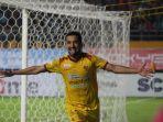 striker-sriwijaya-fc-manu-dzalilov-sukses-mencetak-gol-ke-gawang-persib-bandung_20180402_041540.jpg