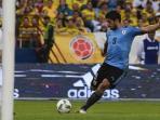 striker-uruguay-luis-suarez-melepaskan-tendangan-ke-arah_20161012_060228.jpg