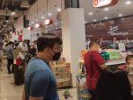 suasana-diamond-supermarket-yang-ramai-pengunjung-jelang-ppkm-palembang.jpg