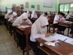 suasana-ujian-akhir-madrasah-berstandar-nasional-uambn-yang_20160314_182320.jpg
