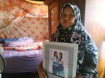 suhartini-50-saat-berada-di-kamar-almarhum-anaknya-vera-oktaria-rabu-2952019.jpg