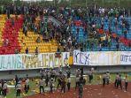 suporter-sriwijaya-fc-ricuh-dan-merusak-bangku-stadion-gelora-jakabaring-palembang_20180721_230609.jpg