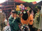 tim-gabungan-membagikan-masker-kepada-pedagang-di-pasar-tradisional-tanjung-raja.jpg