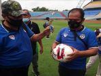 tim-tehnis-asprov-pssi-sumsel-melakukan-survei-pada-lapangan-sepakbola-stadion-gelora-sriwijaya.jpg