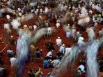 umat-muslim-menjalankan-ibadah-shalat-jumat-di-masjid-istiqlal.jpg
