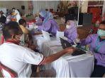 umat-nasrani-vaksinasi-covid-19-di-gereja-hkbp-jalan-mayor-ruslan-palembang-kamis-1062021.jpg