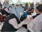 vaksin-mitra-gojek-dan-masyarakat-umum-di-poltekpar-jakabaring-rabu-892021.jpg