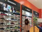 vira-tampak-sedang-memilih-milih-sepatu-yang-ada-di-sport-station-palembang-square-ps-mall_20160113_220001.jpg