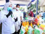 wakil-walikota-kota-palembang-fitrianti-agustinda-saat-meninjau-kegiatan-bazar-sembako.jpg
