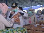 wakil-walikota-palembang-fitrianti-agustinda-kembali-meninjau-kegiatan-bazar-murah.jpg