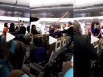 wanita-ribut-dengan-penumpan-lain-dalam-pesawat-terbang.jpg