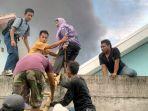 warga-bahu-membahu-melakukan-evakuasi-para-korban-pabrik-petasan_20171026_223255.jpg