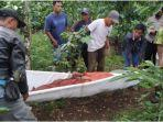 warga-mengevakuasi-jenazah-lekat-petani-kopi-tewas-di-kebun-minggu-2122021.jpg