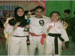 wita-kiri-brigpol-farizal-dan-auliya-kanan-ketika-menunjukan-medali-sesuai-menjadi-juara.jpg