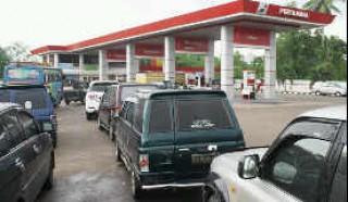 Kendaraan Antre di SPBU Palembang