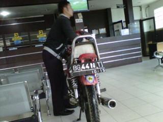 Petugas Imigrasi Palembang Lembur Selesaikan Paspor