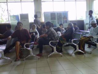 Masyarakat Antre Buat Paspor di Imigrasi Palembang