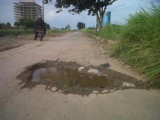 Lubang di Jalan KH Bastari Bahayakan Pengendara